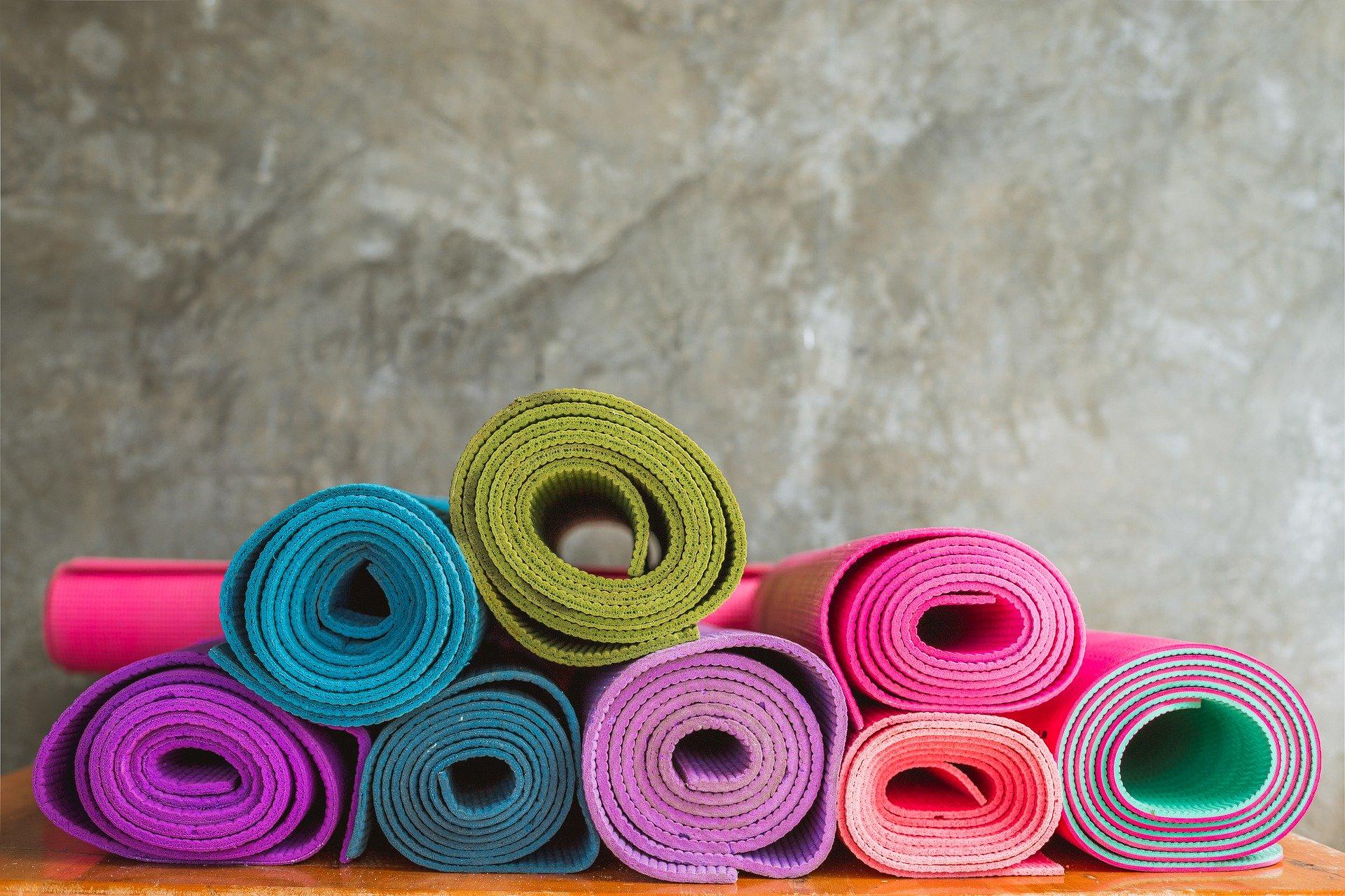 Retrouvez tous mes conseils pour choisir votre tapis de Yoga : critères de sélection, marques,... L'occasion de choisir selon votre budget !